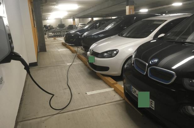 """Disziplin ist auch von Autos mit """"E-Kennzeichen"""" notwendig, damit die E-Mobilität und Verkehrswende funktioniert. Hier ein Negativ-Beispiel aus dem Forum Gummersbach Parkhaus."""