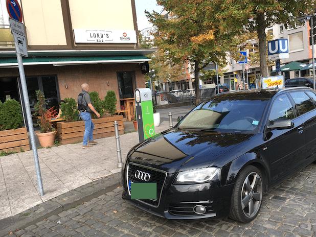 Am Frankfurter ZOO am Alfred-Brehm-Platz fanden wir einen Ladesäulen-Blockierer, der beide Lade-Parkplätze blockierte. Foto: Sven Oliver Rüsche