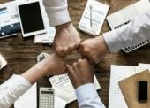 Junge Berufstätige hadern stärker mit digitalem Arbeitsplatz