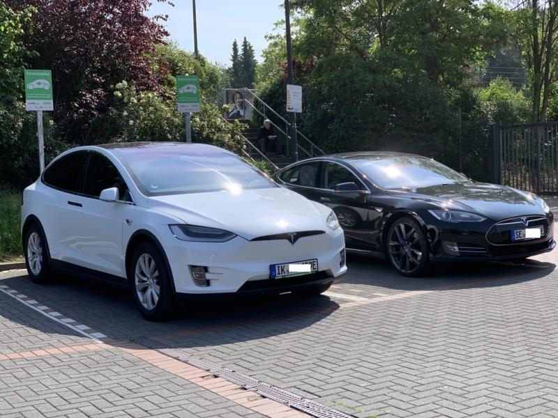 Tesla Model3 an Ladesäule in Düsseldorf.