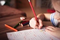 Kinder müssen zunächst lernen den Stift richtig zu halten um zu Schreiben.