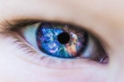 Eine Kontaktlinse kann die perfekte Alternative zur Brille sein.