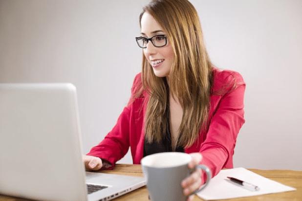 Eine Bildschirmarbeitsplatzbrille oder eine Computerarbeitsplatzbrille erleichtert die Arbeit am PC.