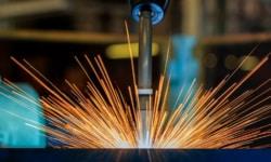 Bei Schweißarbeiten in einem Fertigungsunternehmen entstehen regelmäßig Spritzer auf verschiedensten Materialien