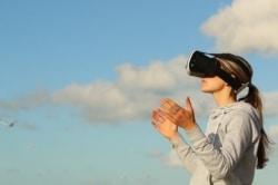 Mit der VR-Brille in eine Virtual Reality abtauchen.