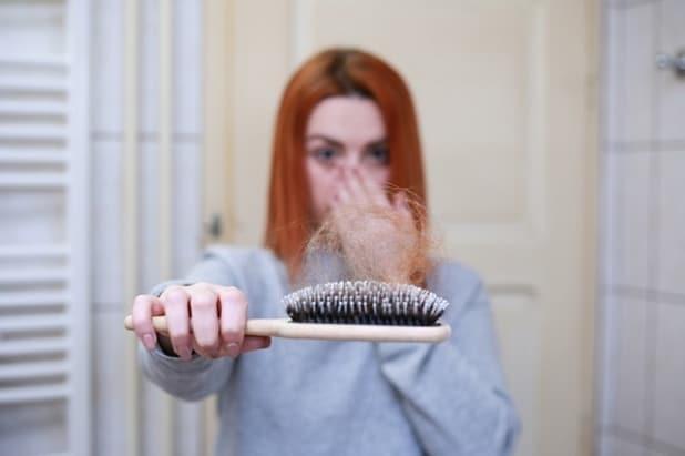 Haarausfall kann eine Ursache von Eisenmangel sein.