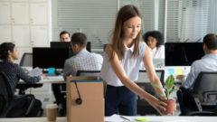 Zufriedene Mitarbeiter, die sich an ihrem Arbeitsplatz und in ihrem Unternehmen wohlfühlen, sind motivierter und produktiver. Onboarding-Boxen dienen zur Motivation.