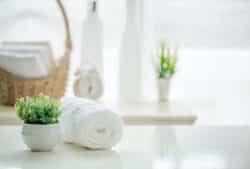 Aus einem einfachen Badezimmer kann man mit ein paar Tricks eine Wellnessoase machen.