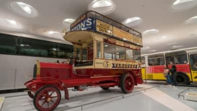 Die Marke Mercedes ist angelehnt an den Namen Mercedes Jellinek, der Tochter des Geschäftsmannes EmilJellinek, der mit den Autos handelte.