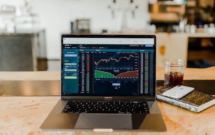 Sowohl der Aktienmarkt, als auch Kryptowährungen, können neben schnellen Gewinnen auch zu schnellen Verlusten führen.