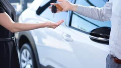 Bild von Autohändler gehen online auf die Suche nach Fahrzeugen