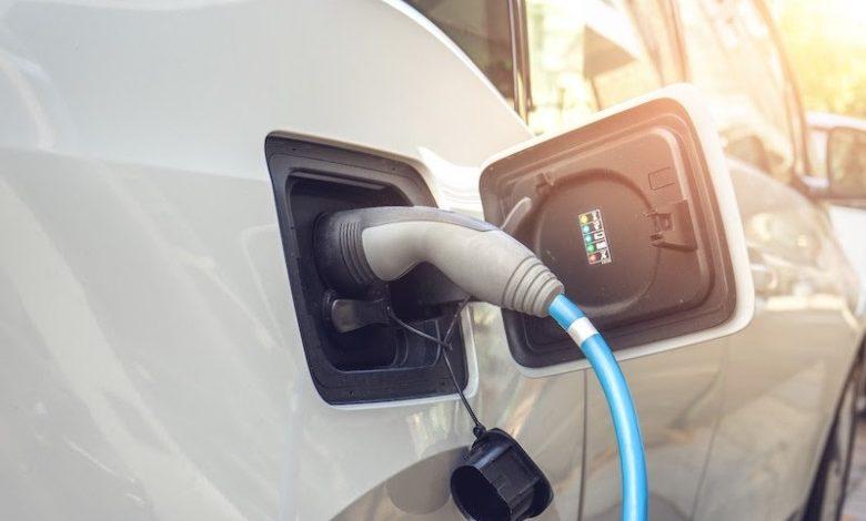 Mit Elektro- oder Hybridfahrzeugen lassen sich monatlich einige hundert Euro sparen.