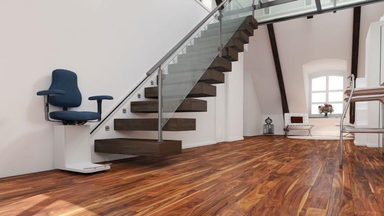 Ein Treppenlift unterstützt ältere Personen bei der Eigenständigkeit.