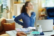 Der falsche Bürostuhl und auch eine falsche Haltung können Kopf-, Nacken- und Rückenschmerzen verursachen.