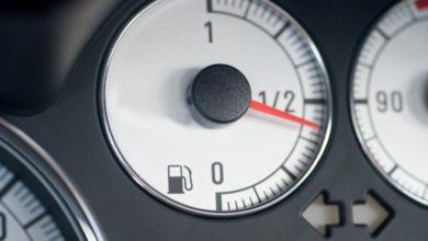 Um Kraftstoff zu sparen sollte man sein Tempo auf der Autobahn reduzieren.