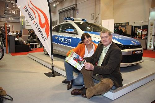 Harald Schmidtke, Geschäftsführer vom Verband der  Automobil Tuner (VDAT) ist begeistert vom neuen Frauenmagazin (rechts Gabriele Kordes, Herausgeberin der Zeitung)